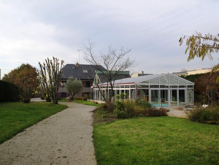 Maison contemporaine de 250 m2 avec piscine jacuzzi et for Entretien jardin laval 53