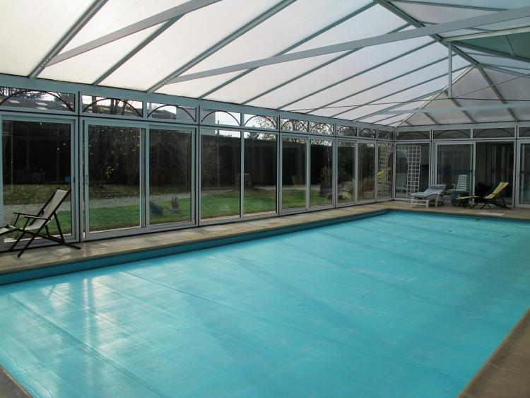 Maison contemporaine de 250 m2 avec piscine jacuzzi et for Piscine laval 53