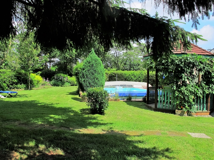 Laval maison d 39 architecte de 230 m2 avec piscine et jardin for Entretien jardin laval 53